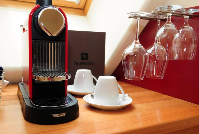 Nespresso Kaffeemaschine und Minibar am Hotelzimmer