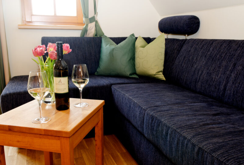 Gemütliches, ausziehbares Sofa im Winzerzimmer mit Balkon und Klimaanlage