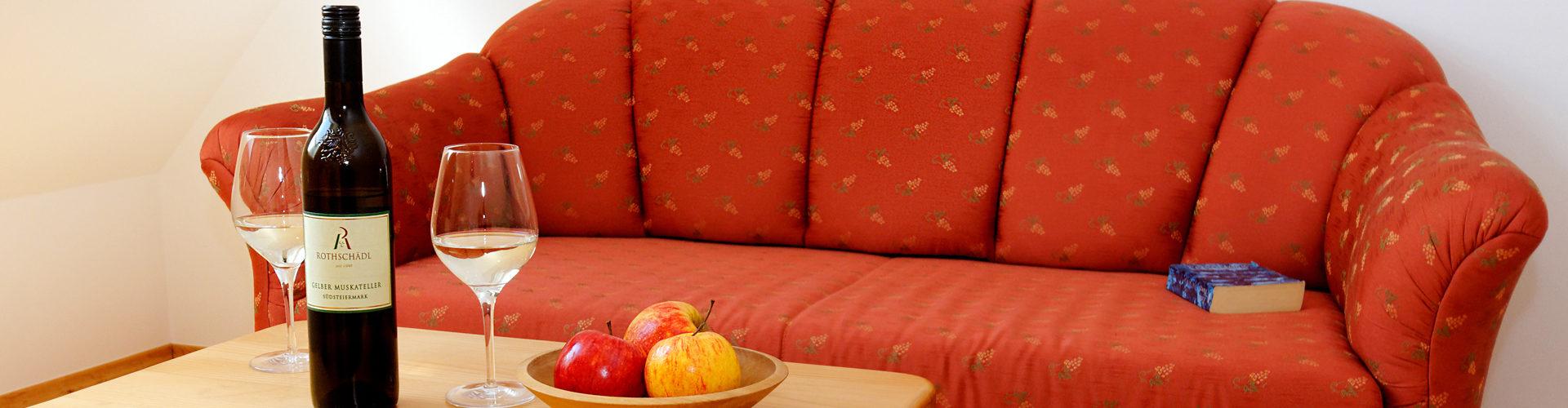 Maisonette Zimmer mit Sofa im Obergeschoss